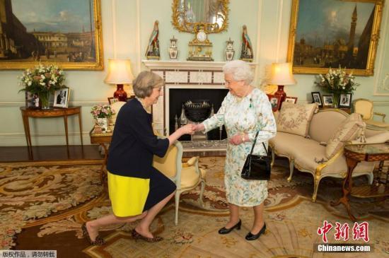 当地时间2018-07-21,英国伦敦,英国女王伊丽莎白二世在白金汉宫接见特蕾莎?梅,并任命其为新首相。特蕾莎是英国女王伊丽莎白二世在位期间的第13任首相,同时也是继撒切尔夫人后的第二位女首相。
