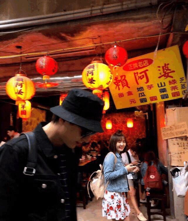 与王丽坤恋情被曝后 林更新游玩被偶遇与粉丝大方合照