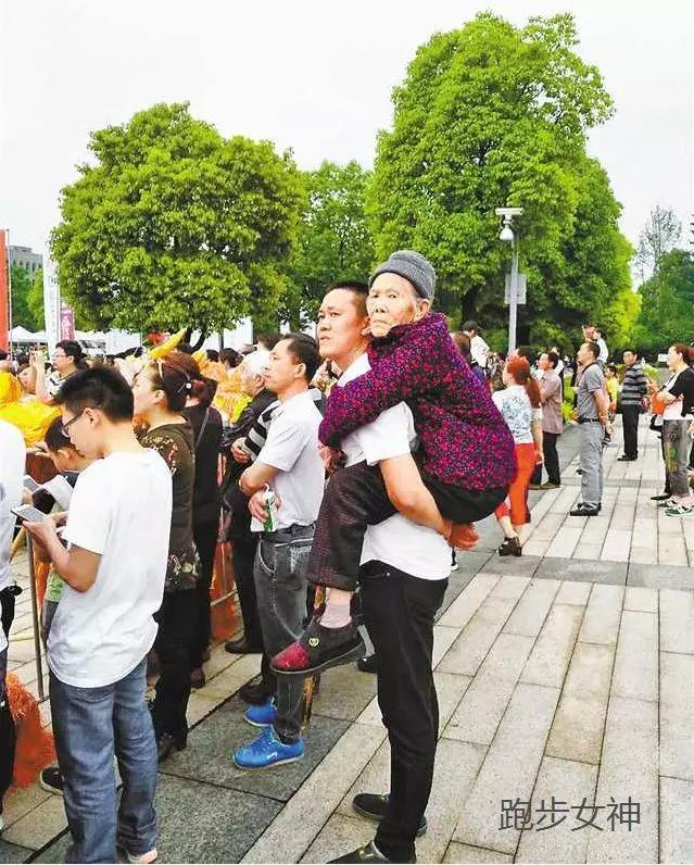 2018璧山马拉松:背90岁老母亲看马拉松,感动跑友!
