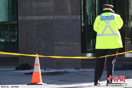 """当地时间4月23日,加拿大多伦多发生汽车撞人事件。加拿大警方称,该事件导致9人死亡,16人受伤。据外媒报道,嫌犯已被捕。目前,事故原因以及伤者的伤势仍不清楚。多伦多消防局在社交网站发文称,这个事故""""骇人听闻""""。有现场目击者称,事发时,曾有人朝着该货车司机大喊""""停下来"""",不过,该司机""""并没那样做,仍然继续开车""""。一位当地的执法官员称,这起事件是一场蓄意行动。图为当地警方封锁事发现场。"""