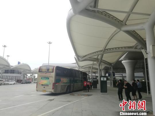 白云机场综合交通中心的大巴候车点 郭军 摄
