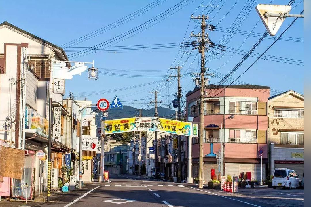 为什么日本街头那么多电线杆,中国却不常见?看完真心自豪