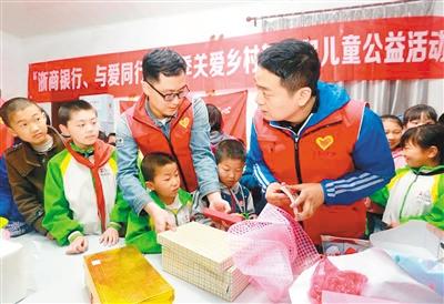 志愿者冒雨深入仙剑版本的传奇山区_给学子送去学习生活用品