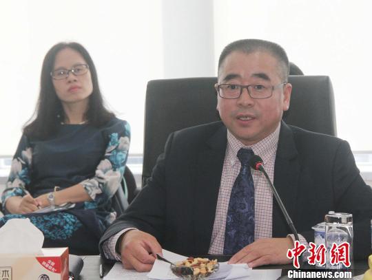 图为印尼中国商会总会会长、中油国际(印尼)公司总裁宫本才在座谈会上分享了开拓印尼市场的经验和体会。 林永传 摄