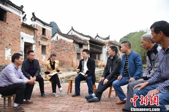 扶贫调研,了解贫困户所需。江永县供图