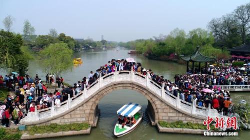 资料图:瘦西湖二十四桥上人挤人。孟德龙摄