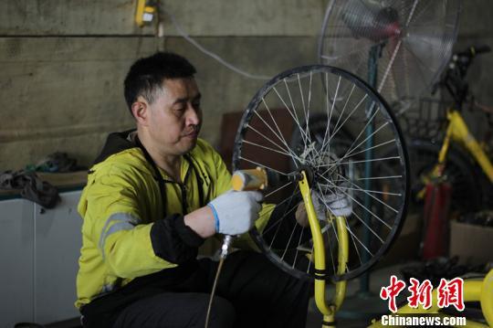 胡德义维修能力极强,专门解决单车维修的疑难杂症,如车圈、车架变形维修等。 钟欣 摄