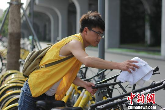王波每天步行20至30公里,巡检单车1000辆左右。 钟欣 摄