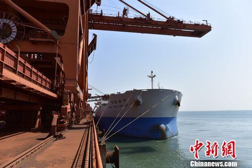 """台湾""""中钢踏实""""轮靠泊大连港矿石码头 。赵光辉"""