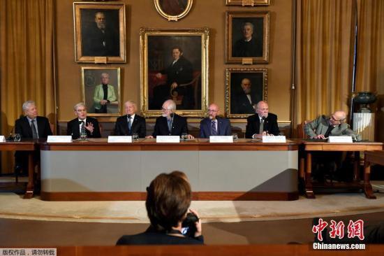 诺贝尔奖得主在斯德哥尔摩皇家科学院举行新闻发布会,他们分别获得诺贝尔经济学奖,化学奖以及物理学奖。