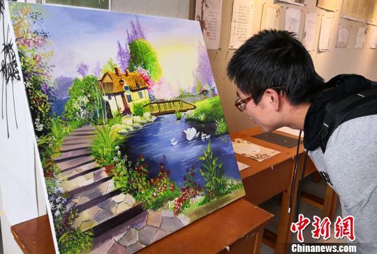 图为学生欣赏展出作品。 刘玉桃 摄