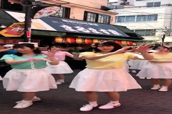 日本东京街拍,美女大学生游街跳舞!