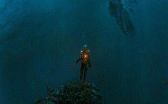 深海发现类人形不明生物,科学家:外星人或藏在海洋深处?