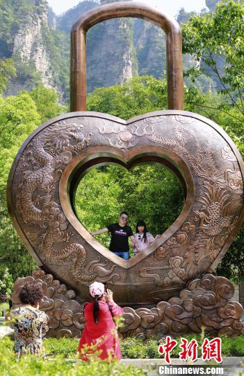 """整个锁的设计寓义为""""七夕、我爱你、一生一世""""。 吴勇兵 摄"""
