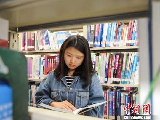 江梦南到图书馆查阅资料刘栋摄