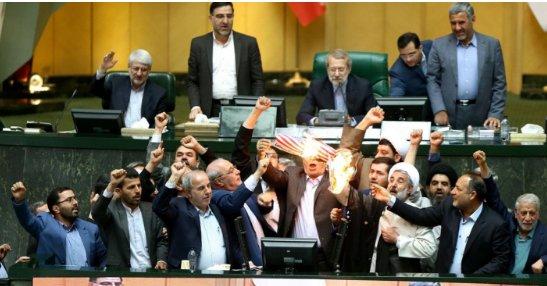 """""""美国去死!""""伊朗国会议员怒烧美国国旗"""