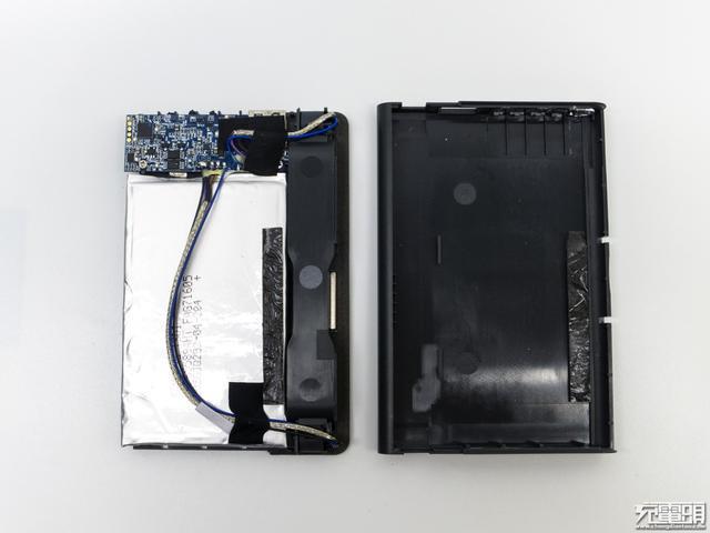 内部结构终于显露出来,上部电路部分,中下大部分是电芯,侧边数据线缆.