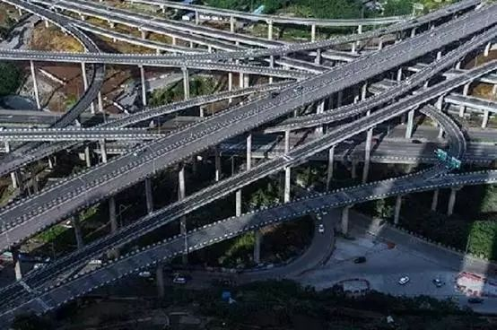 5层结构,15条匝道,连接广阳岛,江北机场,南岸,大佛寺大桥,朝天门大桥