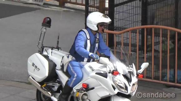 日本警视厅骑警暗中蹲人抓违章-