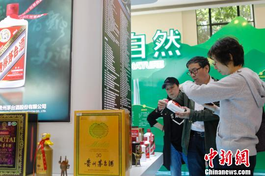 """首届中国自主品牌博览会上的""""老字号"""",图为茅台展位。 缪璐 摄"""