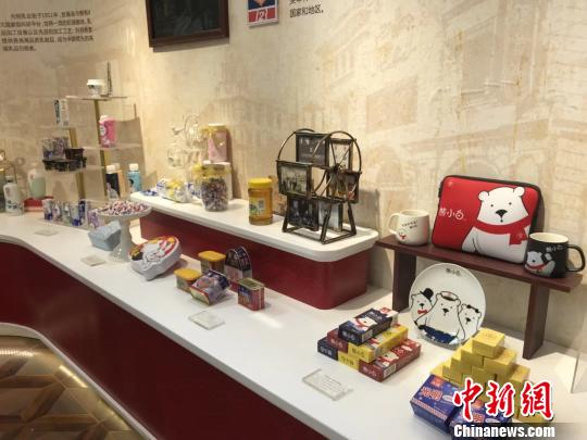 """首届中国自主品牌博览会上的""""老字号"""",图为光明集团展位。 缪璐 摄"""