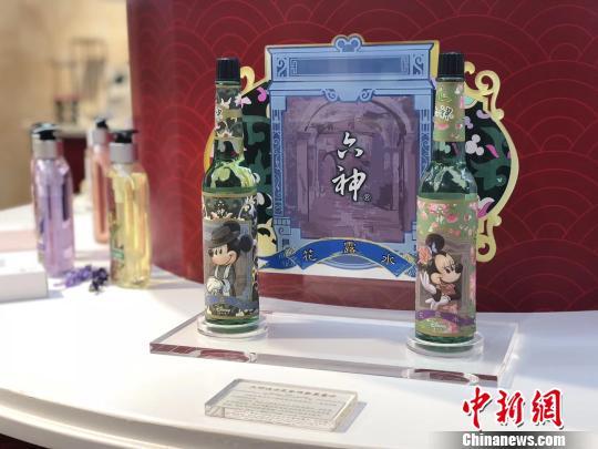 """首届中国自主品牌博览会上的""""老字号"""",图为上海家化展位。 缪璐 摄"""