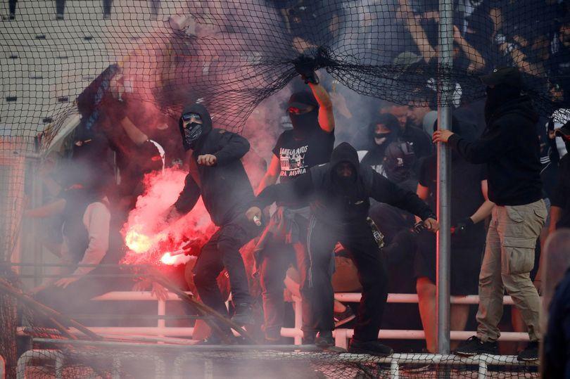 仇人相见!希腊杯决赛球迷暴力 警方使用催泪瓦斯