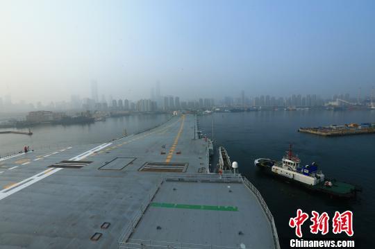 中国第二艘航母首次出海试验。 胡锴冰摄