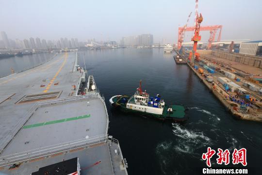 中国第二艘航母首次出海试验。 李刚摄