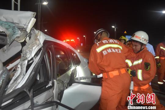 图为消防官兵正在救援。 骆应铭摄