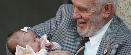 图中的老人为哈里森。图片来源:澳大利亚红十字会。
