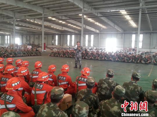 """研究所专家现场指导天津港""""8・12""""特大火灾爆炸事故应急救援。 军事医学研究院供图 摄"""