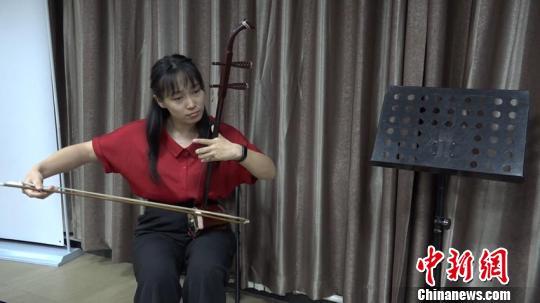 1994年出生的二胡演奏员王渊麟是新的民乐队中年龄最小的一个 吕盛楠 摄