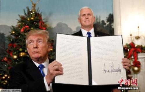2017年12月6日,美国总统特朗普在华盛顿发表声明,美国政府承认耶路撒冷为以色列首都,并将把美国驻特拉维夫大使馆搬迁至耶路撒冷。图为特朗普(左)与副总统彭斯(右)展示签名公告。