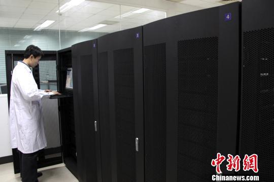 应用万亿次集群计算机系统开展药物筛选。 刘征云 摄