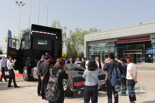 与会人员围观欧曼EST-A超级卡车