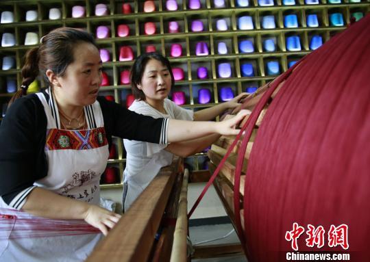武陵源区每年都要为农村妇女免费举办3-4期土家族织锦就业培训班。 吴勇兵 摄