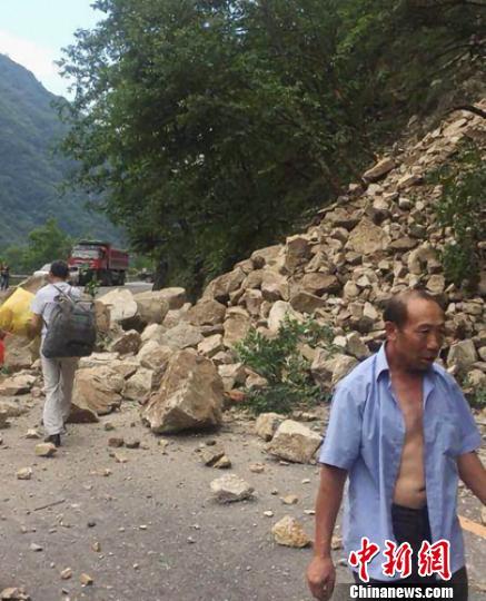 地震造成国道108线石棉至栗子坪段元根桥处发生塌方。雅安市防震减灾局提供