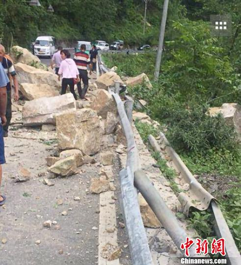 民众穿过塌方处。雅安市防震减灾局提供