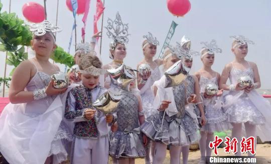 俄罗斯小朋友在现场表演舞蹈 孙云阁 摄