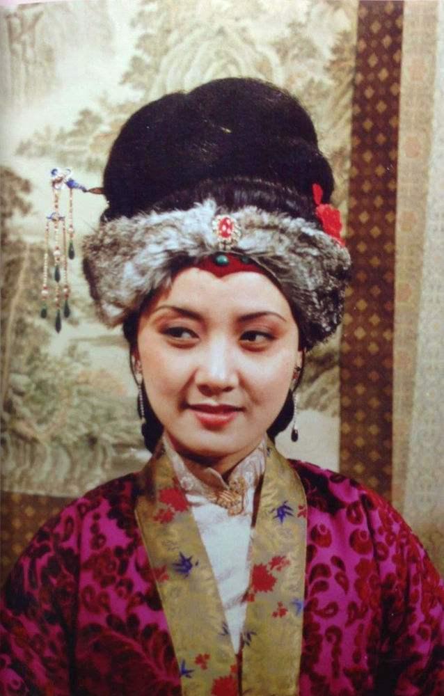 61岁邓婕跳舞风韵不减当年 18岁旧照才是她颜值巅峰