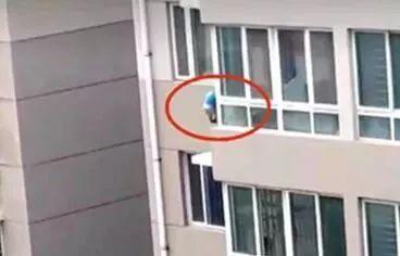 两岁半男孩4楼坠落 退伍军人从2楼一把拽回