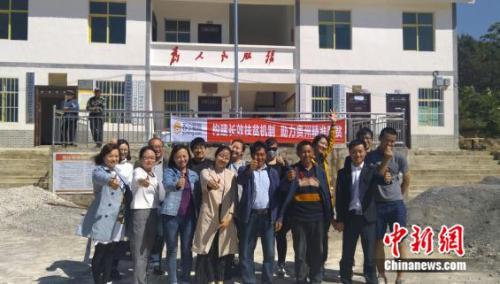 """2 李臣果(前排右一)和苏宁扶贫团队以及媒体人士共同探访威宁锅底村""""丑苹果""""基地"""