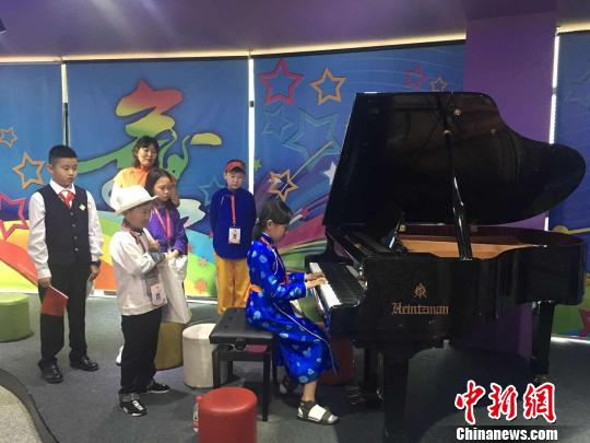 在北京市潤豐學校,蒙古國學生演唱本國民歌。 主辦方