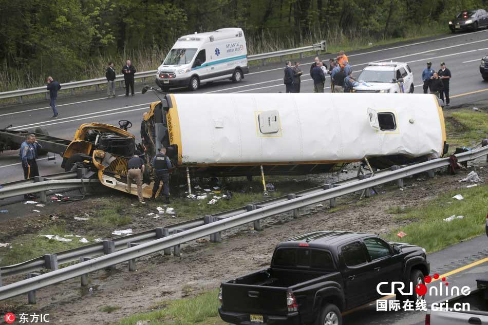 美国一校车与卡车相撞 至少2死43伤(高清组图)