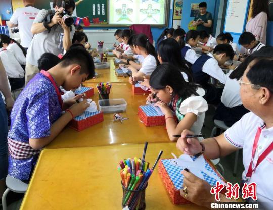 柬埔寨學生與北京小學學生一同學習繪制中國風箏。 主辦方