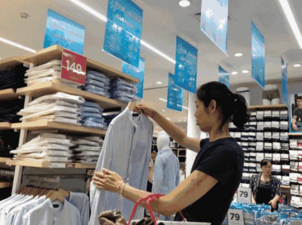 郎平朱婷有多低调 在79元的服装店挑选衣服
