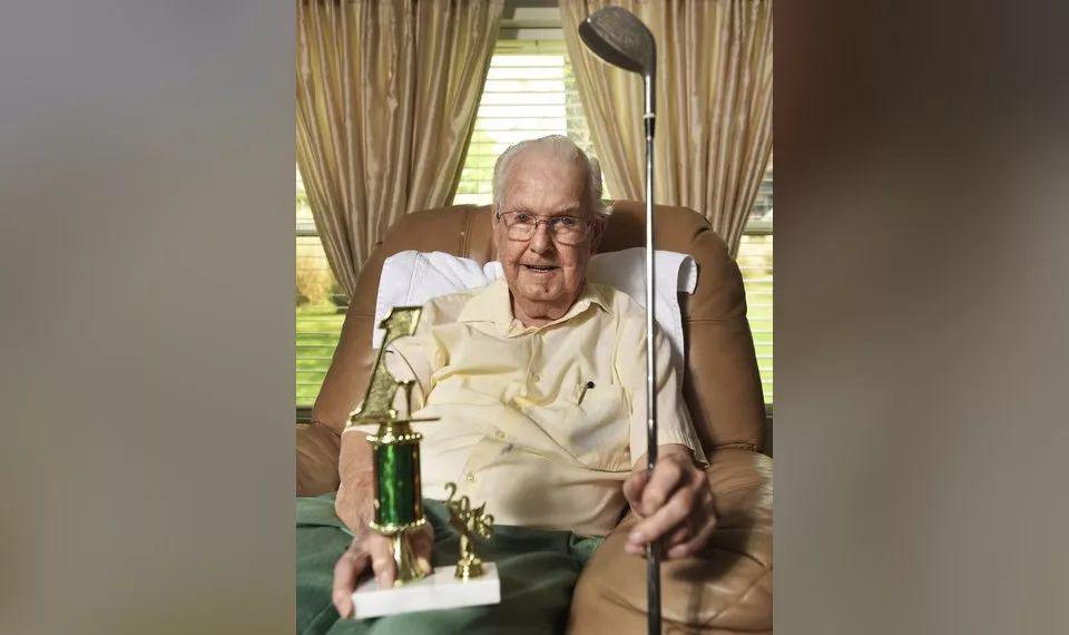 还没一杆进洞?别泄气,93岁老人打球65年终圆梦