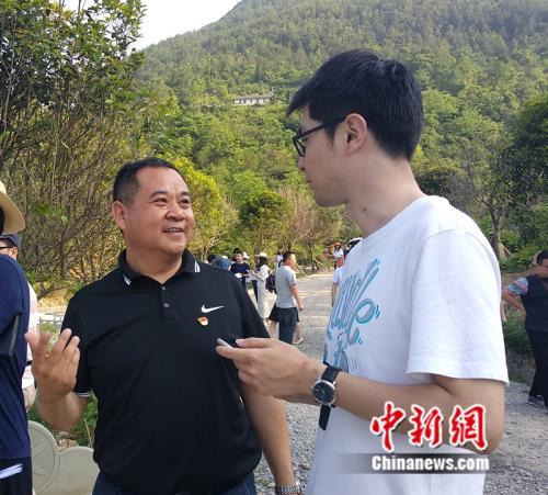 图为青龙镇党委书记肖建华像记者介绍大窝社区治理情况。 马佳欣摄