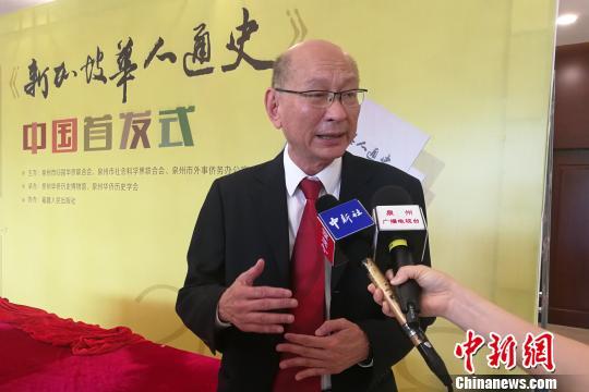 《新加坡华人通史》主编柯木林接受采访。 孙虹 摄